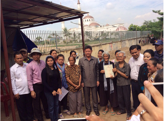 Shukaku Inc. Phnom Penh City Centre : Two Boeung Kak activists receive land title from Khan Daun Penh's Authorities